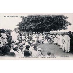 Côte d'Ivoire - Croyants écoutant un discours