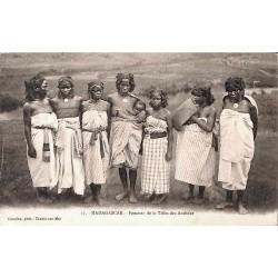 MADAGASCAR - Femmes de la tribu des Andrabe