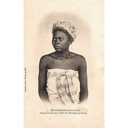 MADAGASCAR (Fôret de l'Est) Femme Tanala de la tribu des Hovalahy-ny-Iantara