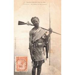 """MADAGASCAR (Forêt de l'est) """"FAHAVALO"""" (ou rebelle) fait prisonnier"""
