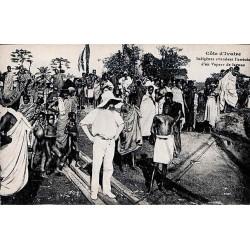 Côte d'Ivoire - Indigènes attendant l'arrivée d'un vapeur de lagune